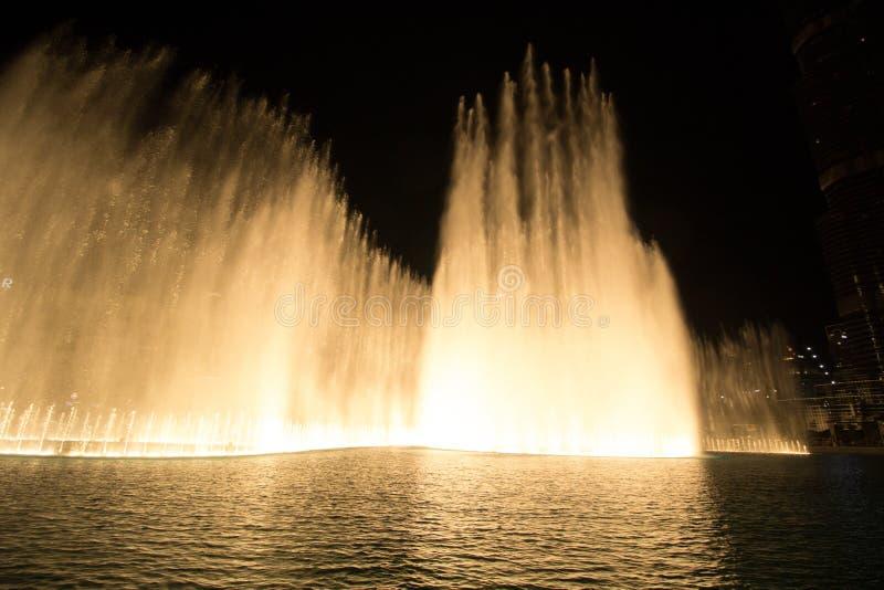Doubai, de V.A.E - 7 December, 2018: zingende fonteinen in Doubai stock fotografie