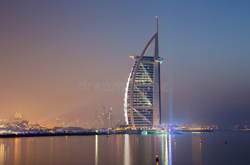 DOUBAI, DE V.A.E - 30 MAART, 2017: De avondhorizon met Burj-al Arabier en Jachthaventorens op de achtergrond royalty-vrije stock fotografie