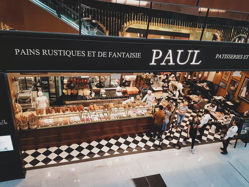 DOUBAI, de V.A.E - 22 Maart, 2018: Showcase van de koffie van Paul Franse bakkerijkoffie bij de wandelgalerij van Doubai, de V.A. stock afbeelding