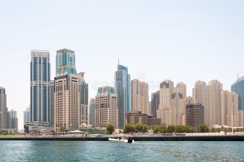 DOUBAI, DE V.A.E - 5,2017 MEI: de motorboot op de moderne gebouwen als achtergrond in de Jachthaven van Doubai kan 5, 2017, Douba royalty-vrije stock foto's