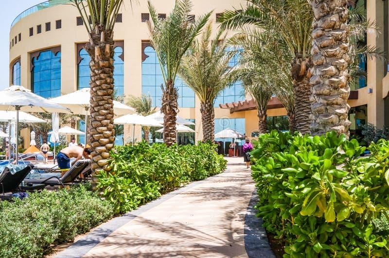 doubai De zomer van 2016 Het Perzische Golf met de lijn van het strand van het Hotel van Fairmont Ajman stock afbeelding