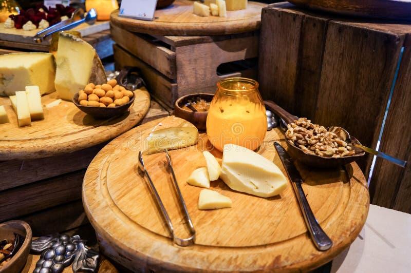doubai De zomer van 2016 Ontbijt bij het hotel Het Buffet van het ontbijt Het Voedselregeling van de buffetcatering op Lijst stock afbeelding