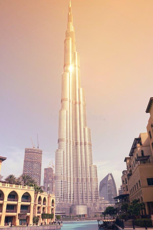 DOUBAI-VERENIGD ARABISCHE EMIRATEN OP 21 JUNI 2017 Mooie Burj Khalifa voor de brug Volledig beeld dat van burj-KHALIFA wordt gesc stock afbeelding