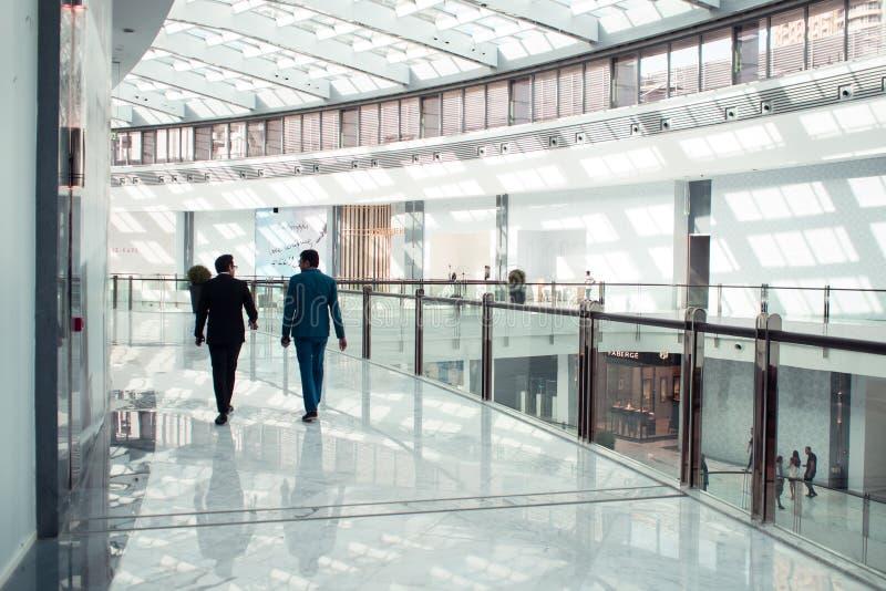 DOUBAI, VERENIGDE ARABISCHE EMIRATEN - 25 APRIL, 2018: De Wandelgalerij van Doubai, binnenlands van het winkelcentrum royalty-vrije stock afbeeldingen