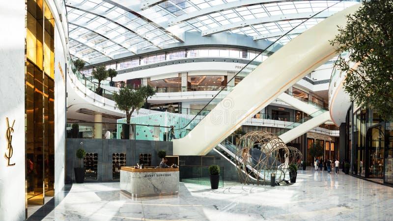 DOUBAI, VERENIGDE ARABISCHE EMIRATEN - 25 APRIL, 2018: De Wandelgalerij van Doubai, binnenlands van het winkelcentrum stock afbeelding