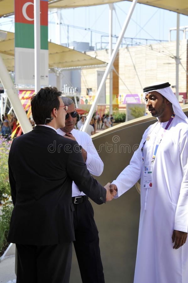 DOUBAI, VERENIGDE ARABISCHE EMIRATEN, DE V.A.E - 20 JUNI, 2019: Een Arabische mens en een westelijke mens schudden handen als tek royalty-vrije stock fotografie
