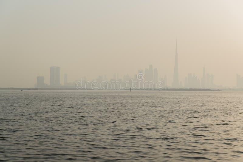 Doubai, Verenigde Arabische Emiraten – Juni 01, 2018, de Kreekhaven van Doubai, gevestigd in de voorzijde van het het kanaalwater stock afbeeldingen