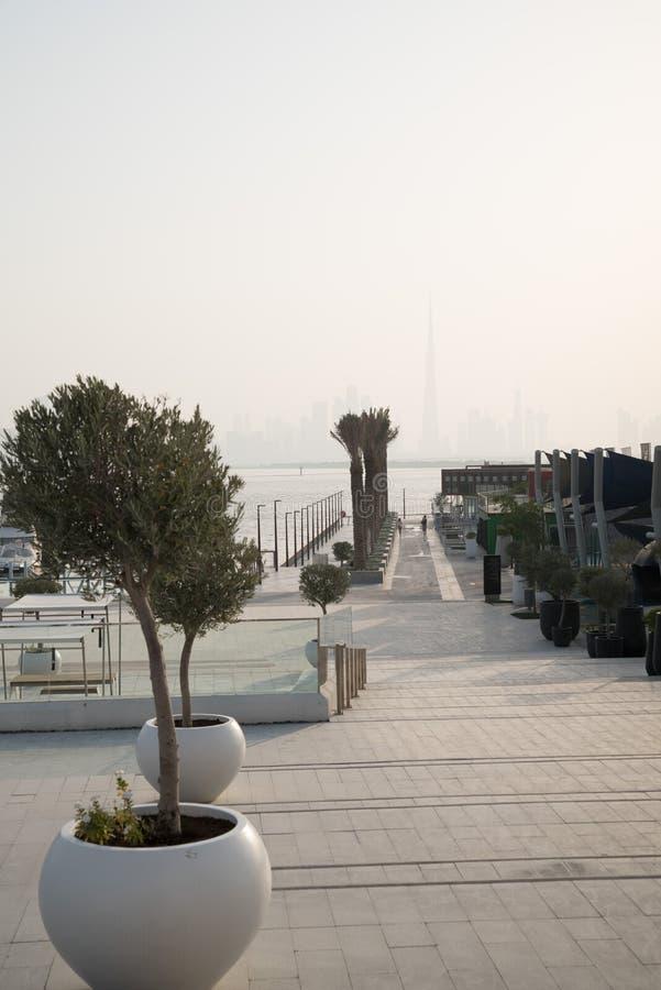 Doubai, Verenigde Arabische Emiraten – Juni 01, 2018, de Kreekhaven van Doubai, gevestigd in de voorzijde van het het kanaalwater stock fotografie
