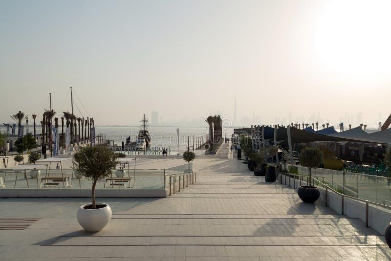 Doubai, Verenigde Arabische Emiraten – Juni 01, 2018, de Kreekhaven van Doubai, gevestigd in de voorzijde van het het kanaalwater stock foto