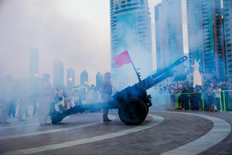 Doubai, Verenigde Arabische Emiraten - 18 Mei, 2018: Ramadan Canon-vuren voor de de wandelgalerijfontein van Doubai om het eind v stock foto