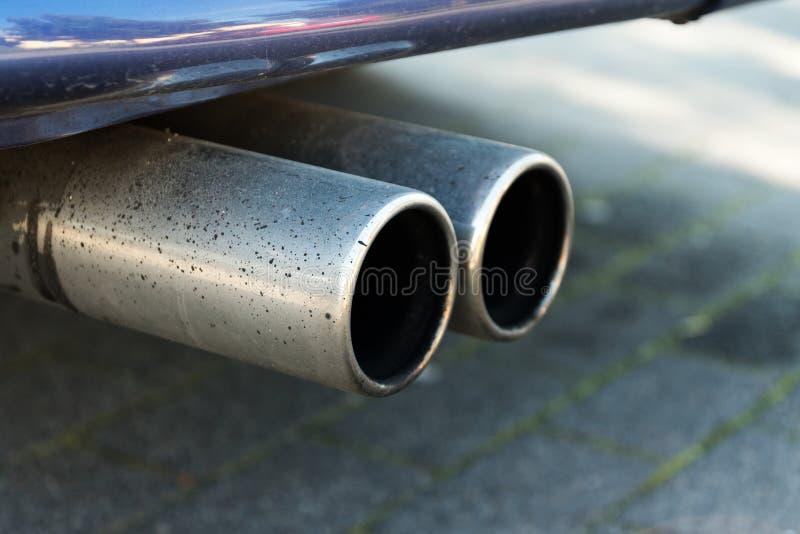 Double échappement d'une voiture, concept pour des émissions et tapis particulaire photographie stock