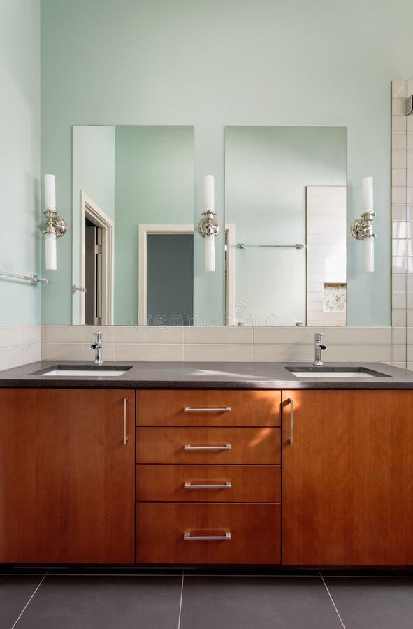 Double évier et miroirs de vanité dans la salle de bains moderne photo libre de droits