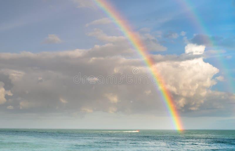 Double arc-en-ciel au-dessus d'océan image libre de droits