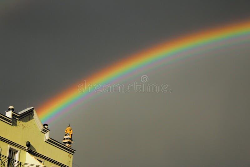 Double arc-en-ciel au-dessus de la ville photo stock