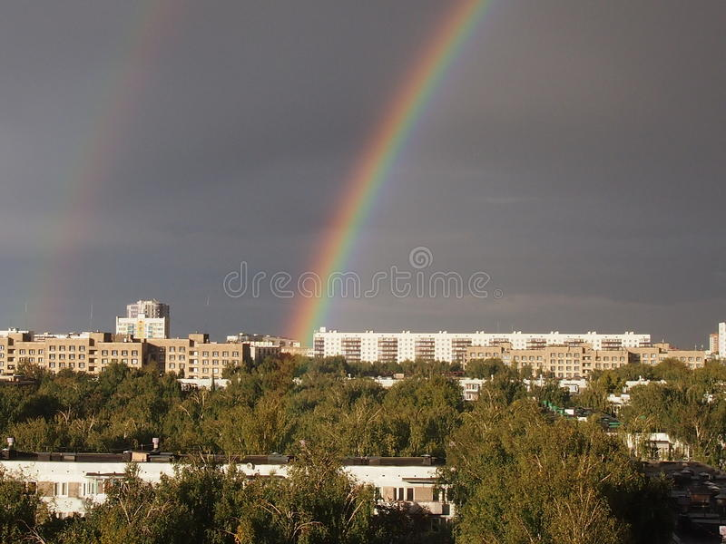 Double arc-en-ciel au-dessus de la ville photos libres de droits