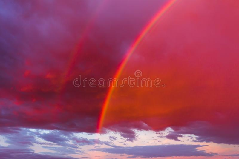 Double arc-en-ciel dans le ciel photo stock