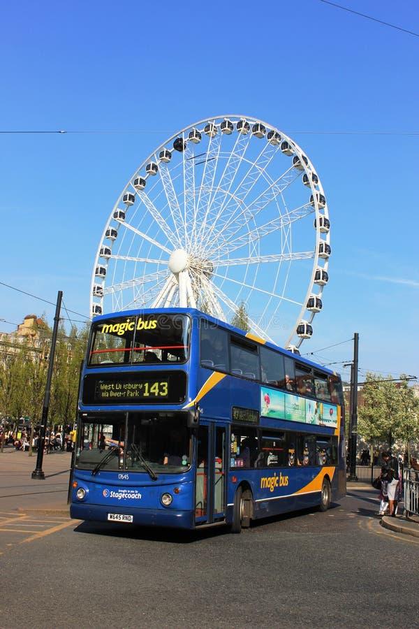 Double autobus de plate-forme, Manchester devant la grande roue photo stock