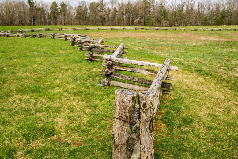 Double barrière de rail de Courrier-fente dans un domaine photographie stock