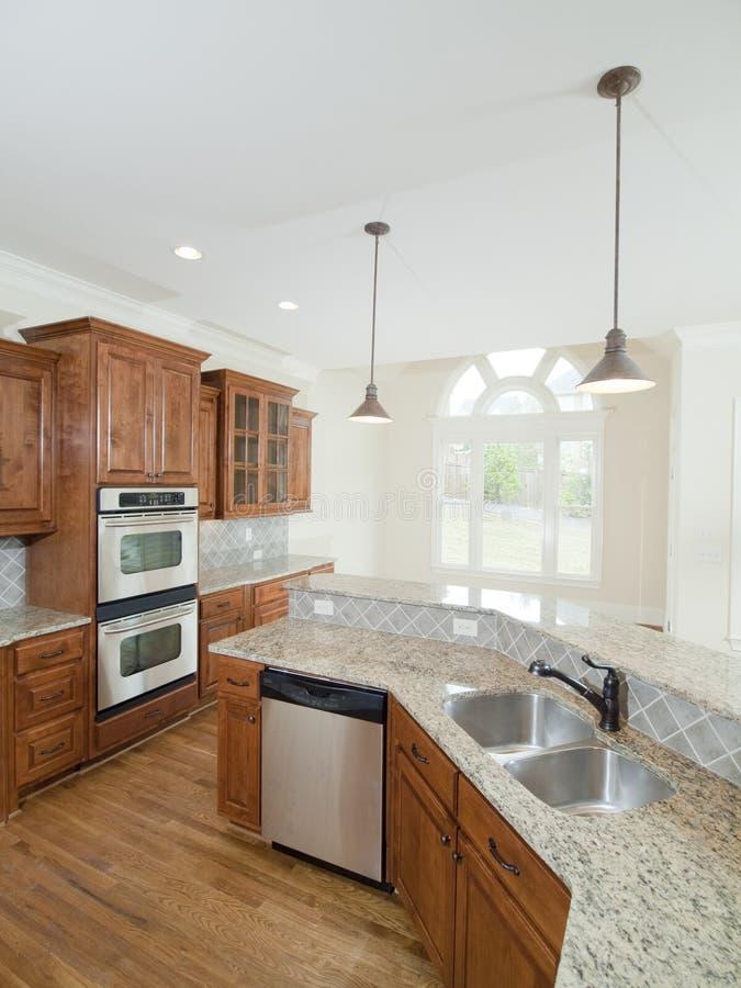 Double bassin de cuisine intérieure à la maison de luxe modèle photographie stock