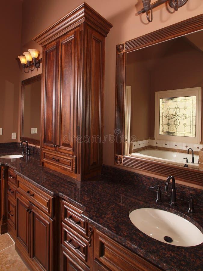 Double bassin de salle de bains à la maison de luxe de tuile photo libre de droits