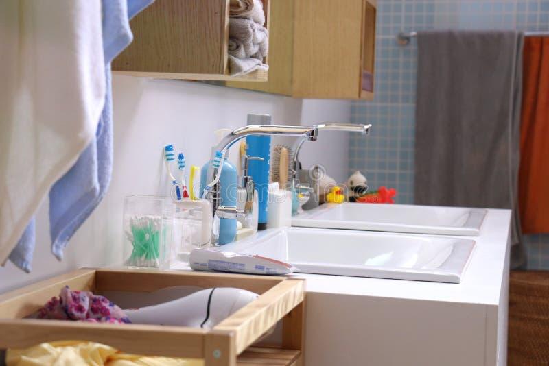 Double bassin et beaucoup de substance de bain photographie stock libre de droits