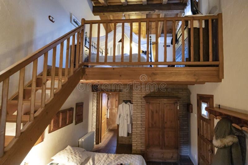 Double chambre d'hôtel plate avec les escaliers en bois image stock