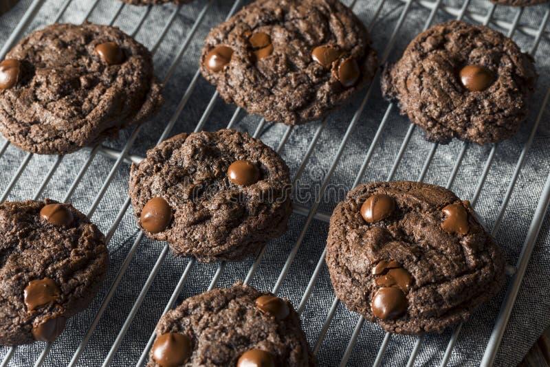 Double chocolat foncé fait maison Chip Cookies photos libres de droits