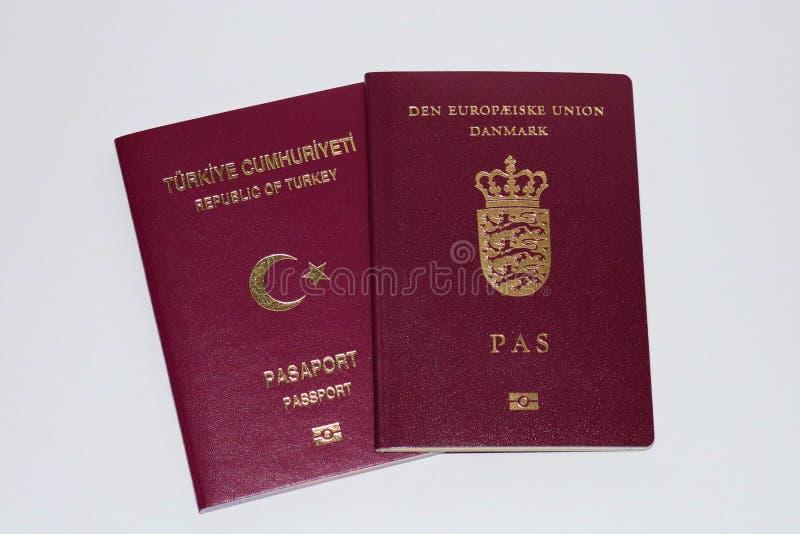 Double concept de citoyenneté Passeport danois et turc Identification internationale pour le citoyen danois et turc photographie stock