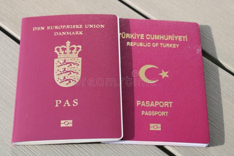 Double concept de citoyenneté Passeport danois et turc Identification internationale pour le citoyen danois et turc images stock