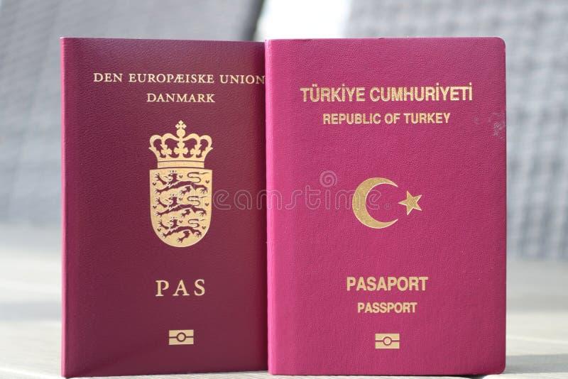 Double concept de citoyenneté Passeport danois et turc Identification internationale pour le citoyen danois et turc photos libres de droits