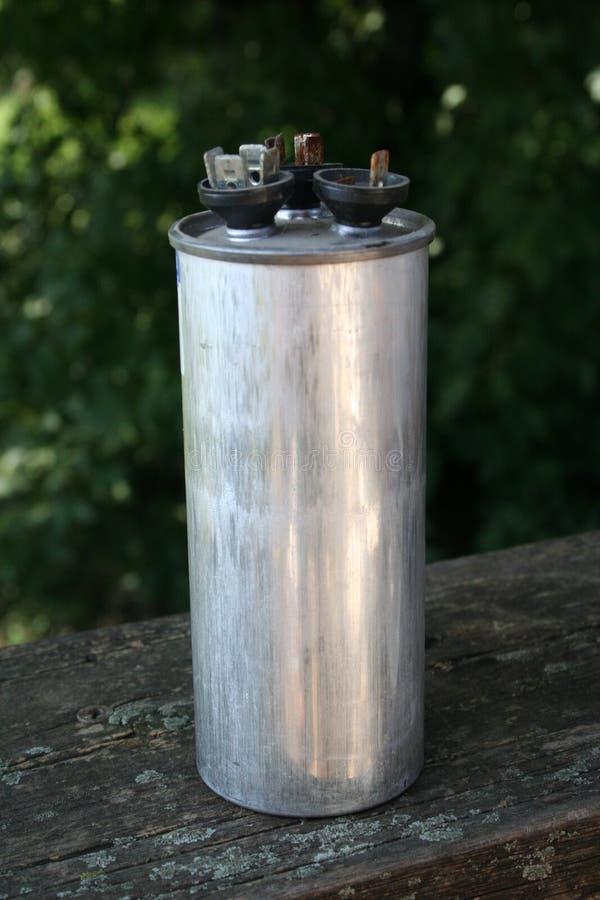 Double condensateur endommagé à C.A. photo stock