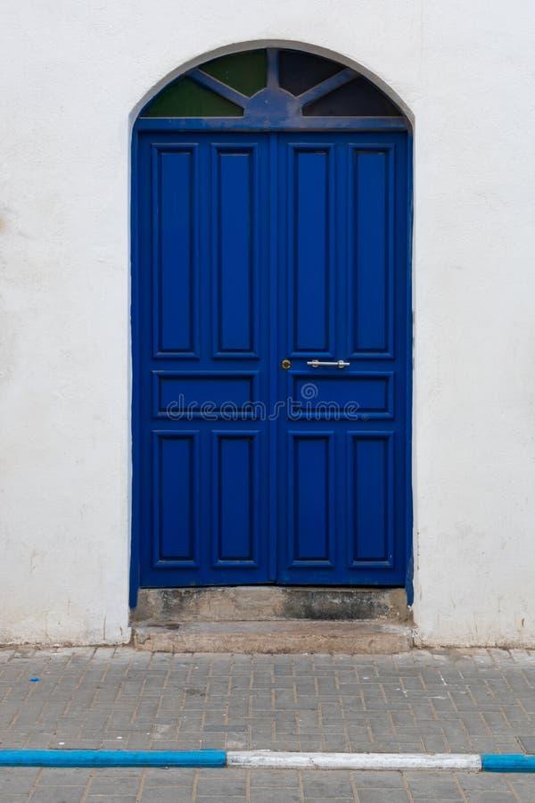 Double entrée bleue de porte dans Essaouira Maroc image stock