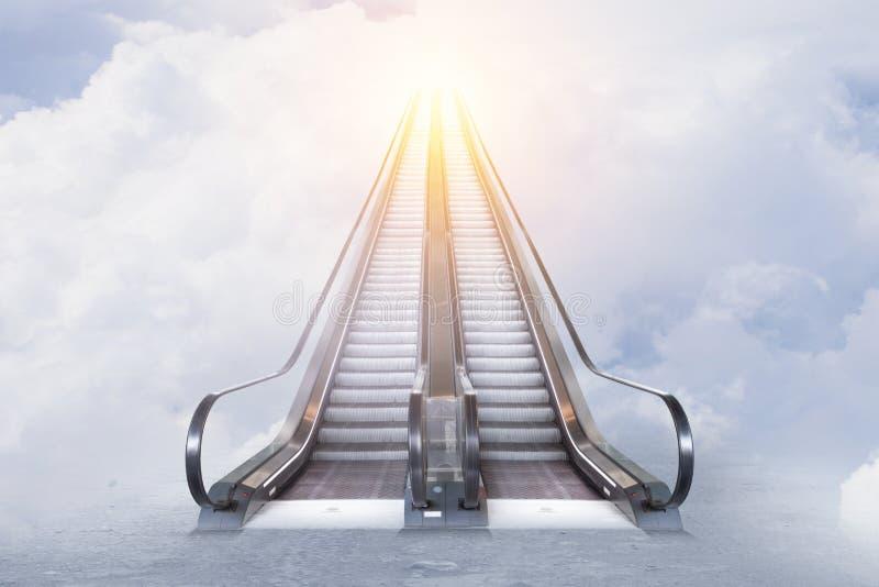 Double escalator au ciel ensoleillé images stock