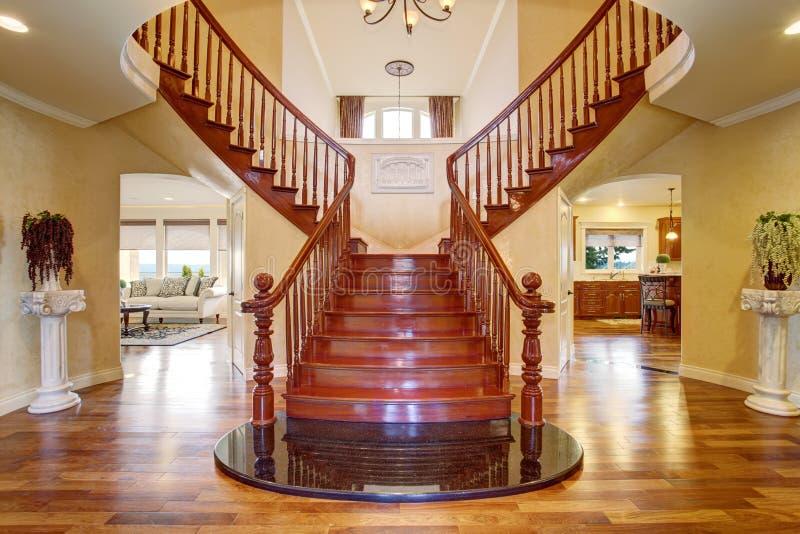 Double escalier élégant avec un lustre photos stock