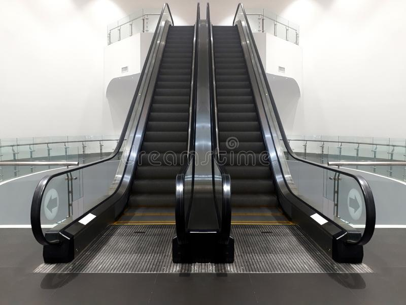Double escalier moderne d'escalator dans le centre commercial amenant image stock