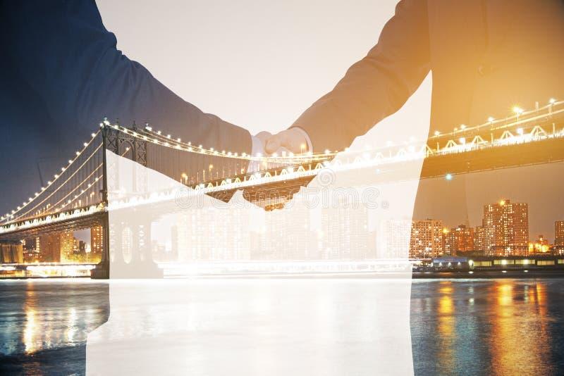 Double explosure avec les hommes d'affaires et le pont de ville de nuit images libres de droits