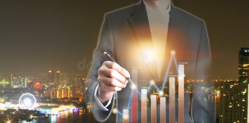 Double exposition d'homme d'affaires avec le graphique pour l'investissement d'argent sur la ville images libres de droits