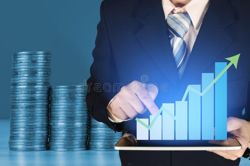 Double exposition d'homme d'affaires et de colonnes croissantes des pièces de monnaie, étape des piles de pièces de monnaie sur l photos stock