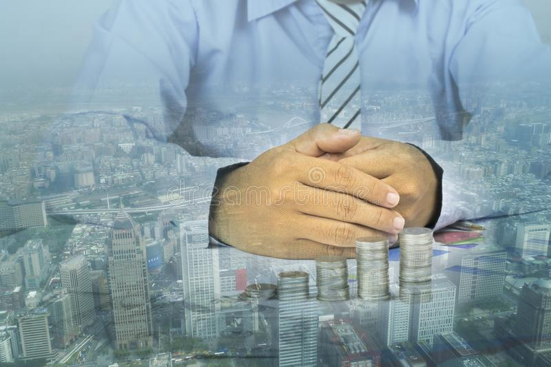Double exposition d'homme d'affaires tenant la main avec la ville photographie stock libre de droits