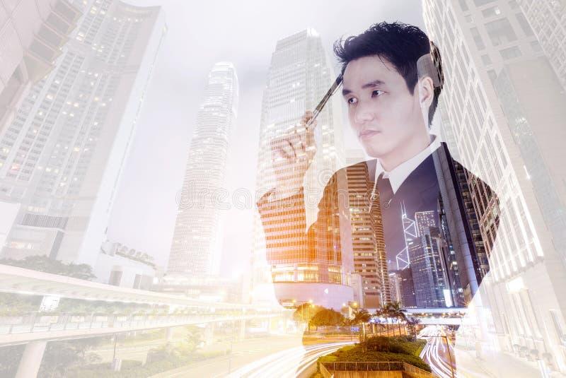 Double exposition d'homme d'affaires pensant contre la ville images stock