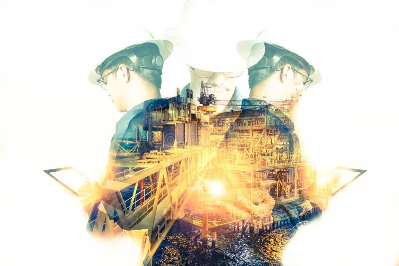 Double exposition d'homme d'ingénieur ou de technicien avec le casque de sécurité image stock