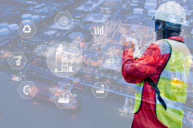 Double exposition d'ingénieur avec le fond d'usine d'industrie de raffinerie de pétrole, d'instruments industriels dans l'usine e photos libres de droits