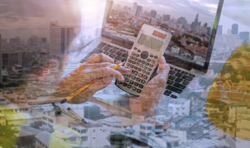 Double exposition d'ingénieur employer son ordinateur portable pour le projet architectural et le travail avec l'ingénierie d'ass photo libre de droits