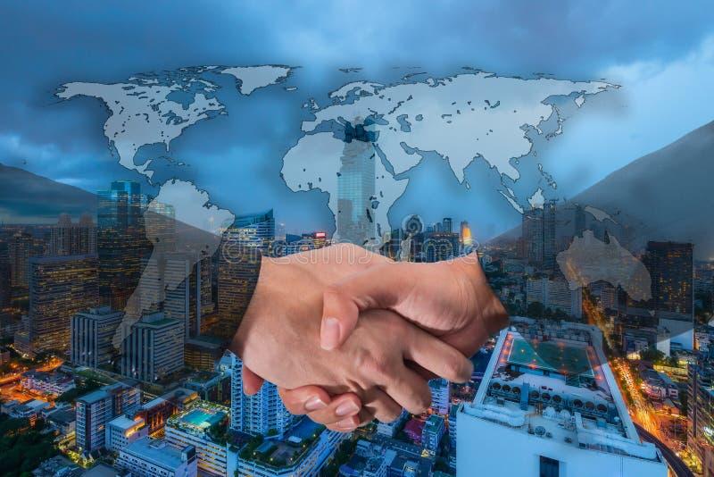 Double exposition d'une poignée de main d'homme d'affaires sur le monde Carto global image libre de droits