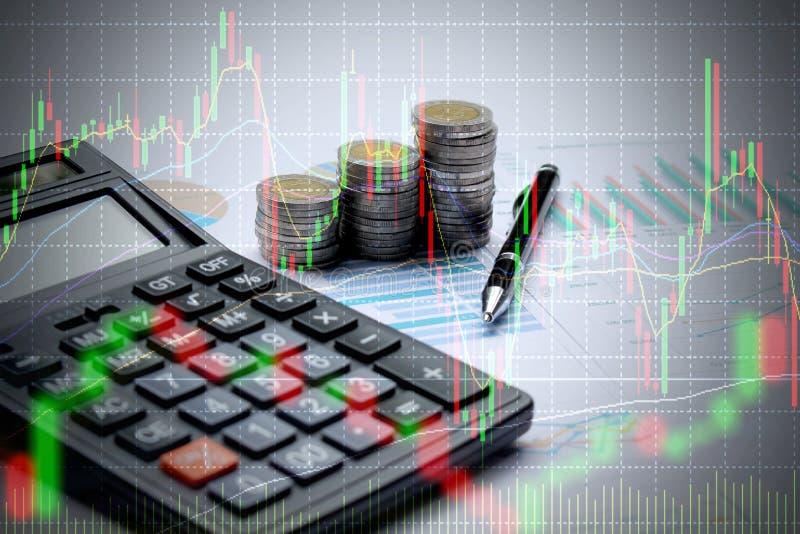 Double exposition de calculatrice et d'argent de pièce de monnaie avec le marché boursier o photo libre de droits