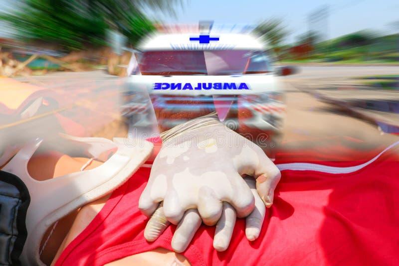 Double exposition de CPR de sauveteur, s'exerçant pendant la vie sûre, premiers secours, ambulance expédiant à l'accident photo libre de droits