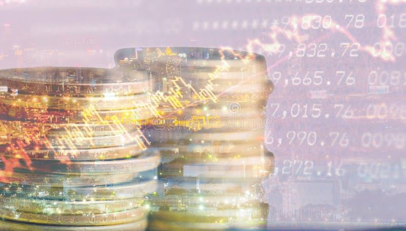 Double exposition de déclaration, de graphique et de rangées des pièces de monnaie pour le financ images libres de droits