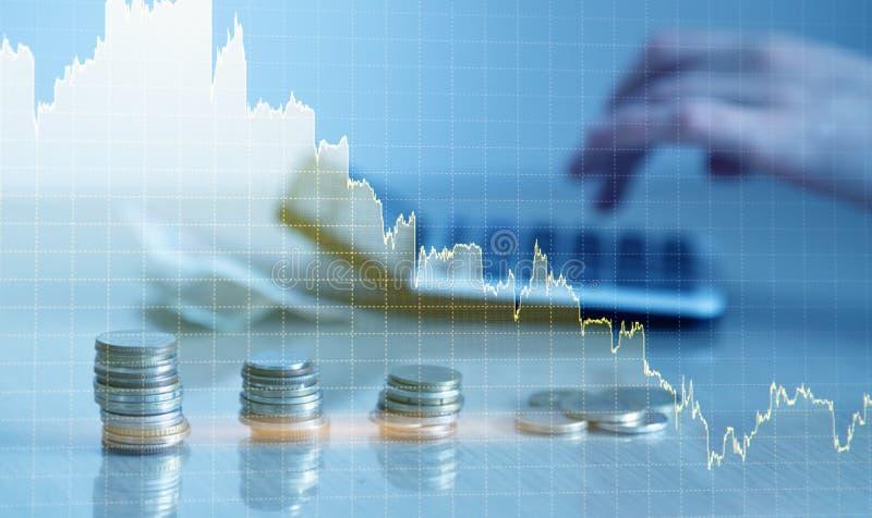 Double exposition de diagramme financier de graphique et rang?es des pi?ces de monnaie avec la calculatrice pour le concept de fi photos stock