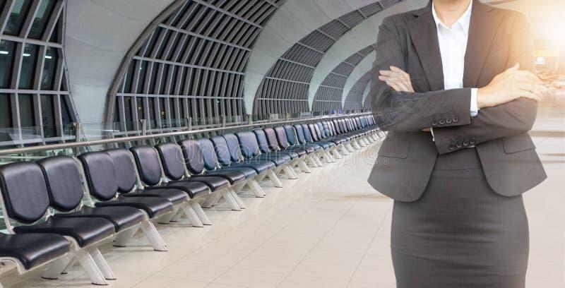 Double exposition de femme d'affaires avec les chaises vides à l'aéroport photographie stock libre de droits