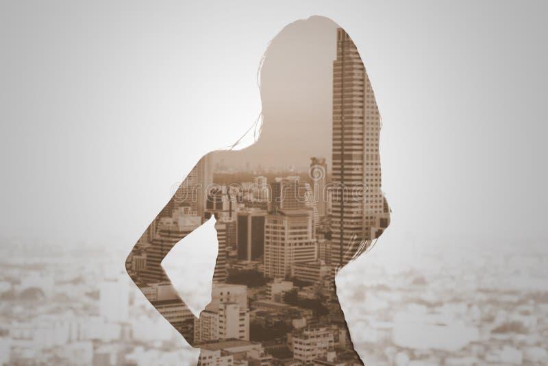 Double exposition de femme et de paysage urbain photographie stock